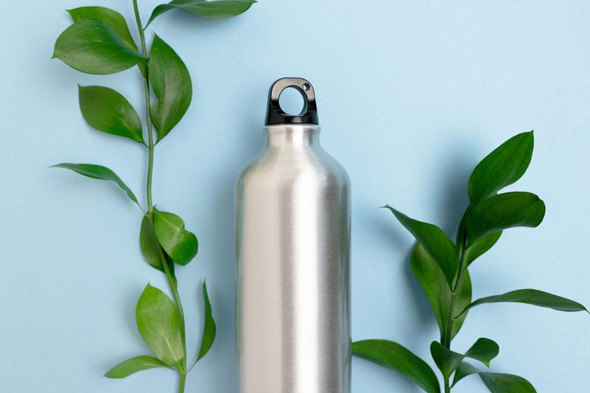Edelstahlarten für Trinkflaschen: Edelstahlflasche vor blauem Hintergrund